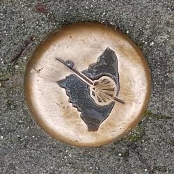 Clous de chaussée aspect bronze avec gravure